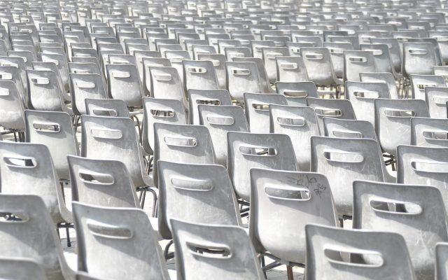 Stühle in Sitzreihe weiß