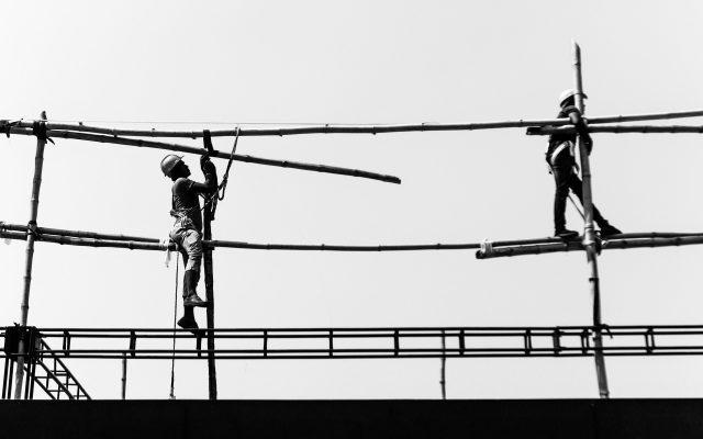 Arbeiter auf einem Gerüst